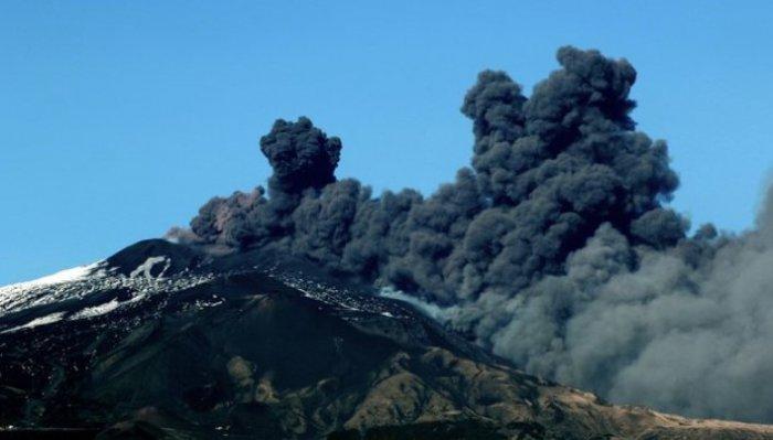 В Италии началось извержение вулкана Этна 2