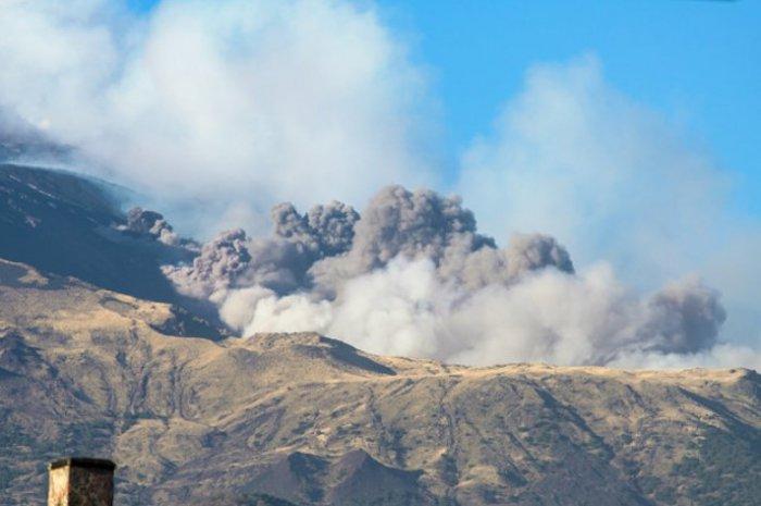 В Италии началось извержение вулкана Этна 3